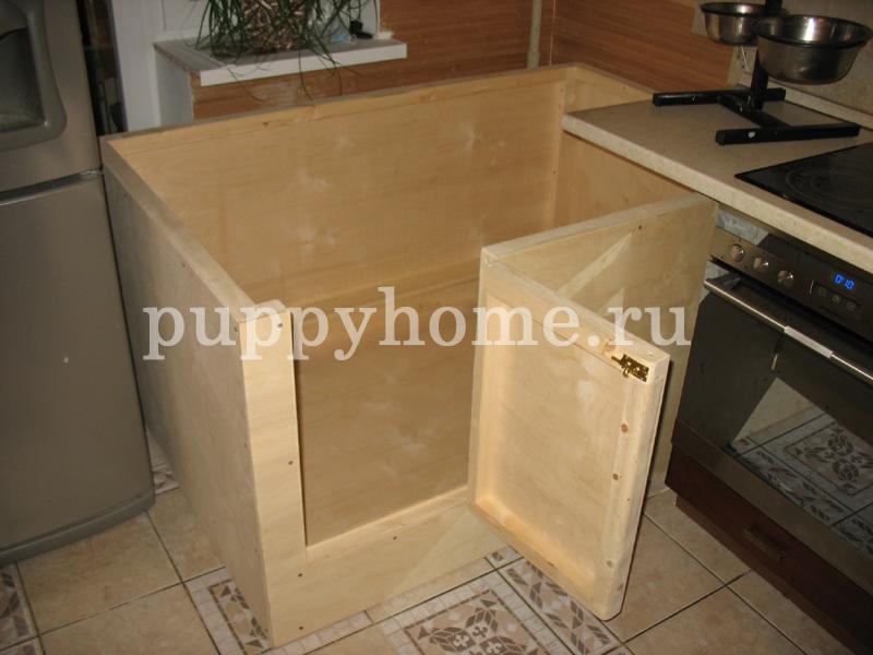 Манеж для щенков компактно уместился на кухне в квартире