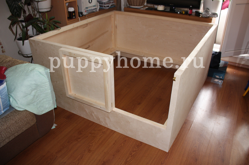 Манеж для собак имеет удобную дверку которая позволит Вам без труда поподать внутрь